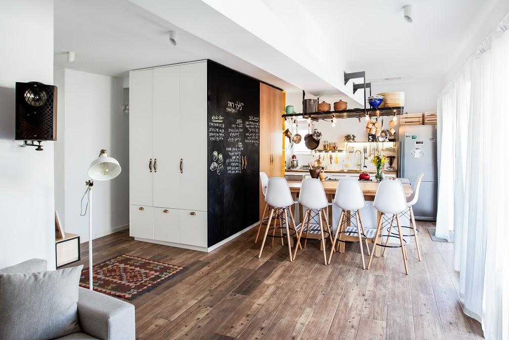 מבט מהסלון לכיון המטבח עיצוב דירה בתל אביב
