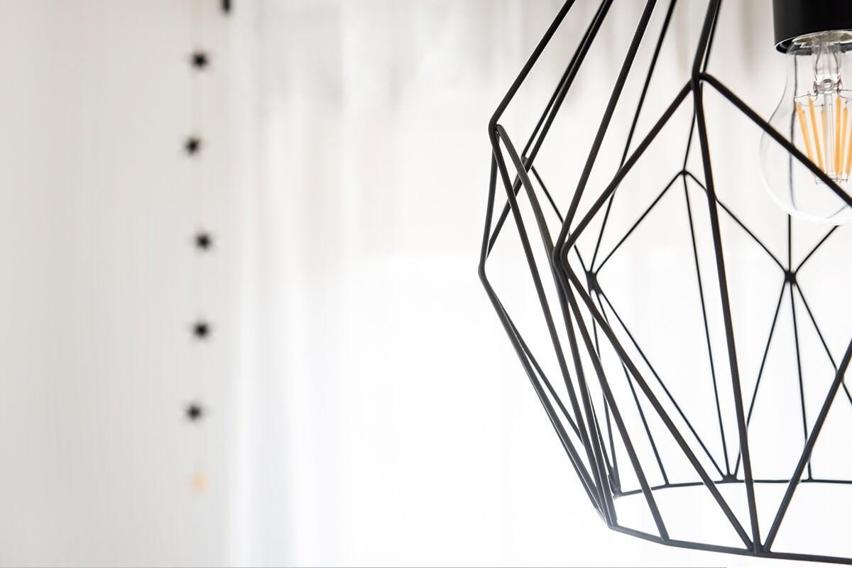 """לחולל שינוי בארבעה צבעים שושה קודם לכן ציינו עד כמה חשוב החופש היצירתי המוענק למעצב, אך גם הצד השני של 'הסקאלה' – לקוח שיודע בדיוק מה הוא רוצה - יכול לתרום הרבה מאוד, ולהפוך את העבודה לקלה, מהירה ומדויקת יותר. זה בדיוק מה שקרה בעת עיצוב חדר שינה של בית במושב צור משה שבשרון, עבור אם יחידנית ובתה. מעצבת הפנים שושה התבקשה ליצור בפרויקט הזה חלל עם קווים נקיים, בשילוב בין הצבעים אפור ולבן. """"לצבעים המבוקשים הוספתי את הצבע הצהוב, שמוסיף הרבה למראה הכללי, ושחור - כיאה לחלל שעוצב ברוח הסגנון הסקנדינבי"""", מספרת המעצבת. """"בחדר ניצבה מיטה יפהפייה, מעץ שנשחק עם הזמן. בגלל יופייה החלטתי להשאיר אותה בחדר, ופשוט לשדרג אותה על ידי צביעתה בלבן"""". משני צידי המיטה הוצבו שתי שידות לילה, כל אחד בצבע ובגובה שונה. כדי להוסיף לתחושת החום והנעימות, הונחו על המיטה כיסויים וכריות בצבעים המובילים את הקו העיצובי של החדר. וילון לבן נשפך נתלה לצידי החלון, ושטיח בטקסטורות שונות הונח לפני המיטה. """"היות וגם אני גדלתי כבת יחידה עם אימי, נוצר ביני לבין הלקוחה קשר עמוק של הבנה, אמונה ודו-שיח"""", ממשיכה לספר המעצבת. """"התוצאה שהתקבלה היא חדר נעים ומרגיע, שמאפשר להתנתק מטרדות היום"""". (תמונה: שושה) ספקים: צילומים מקצועיים - גלי פלג"""