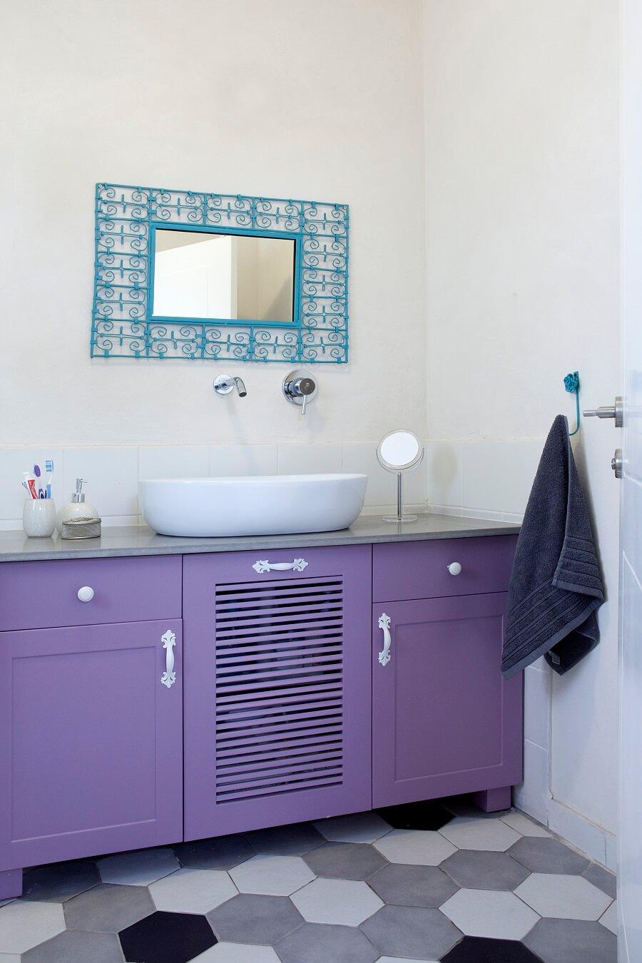 ארון אמבטיה סגול