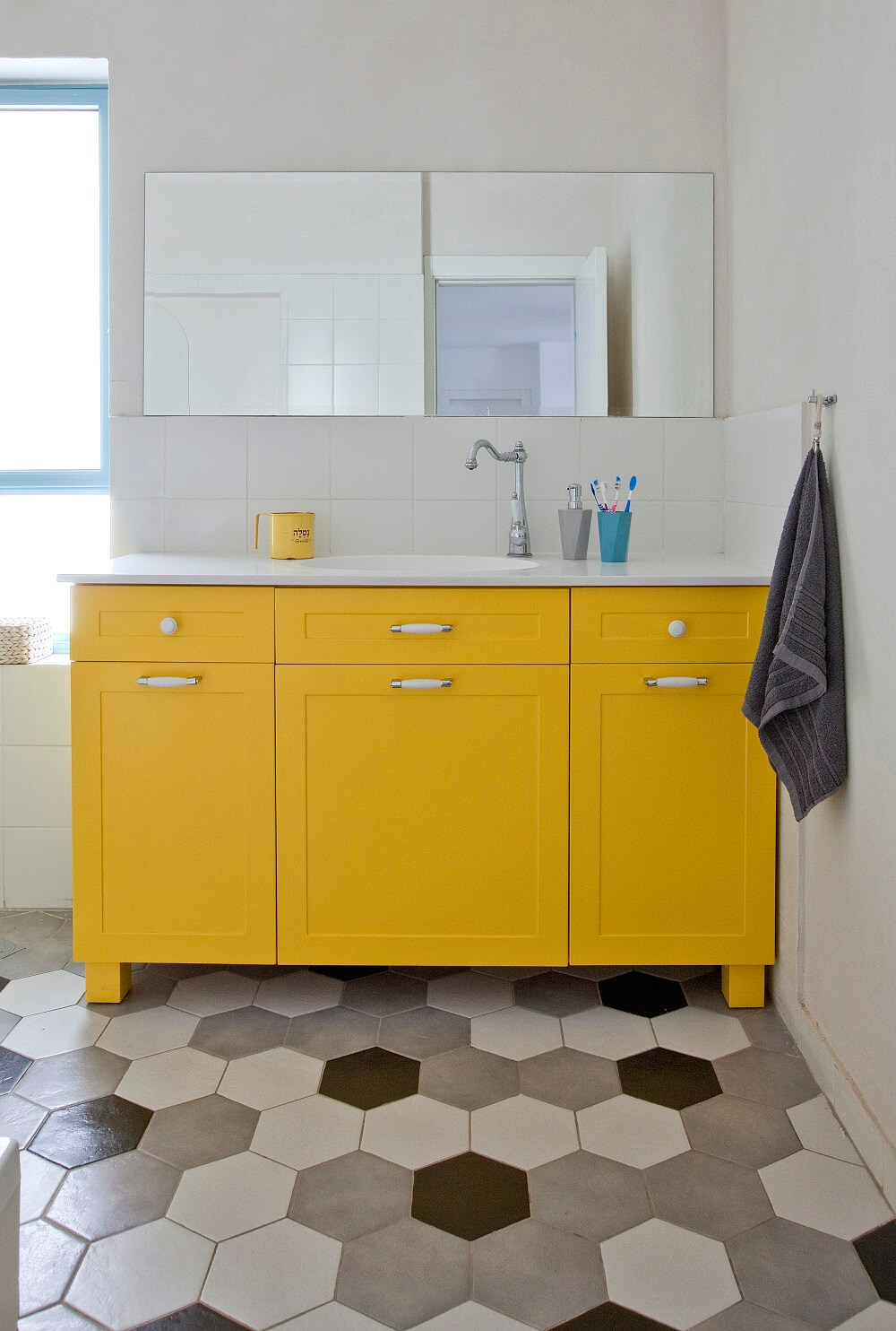 ארון אמבטיה צהוב