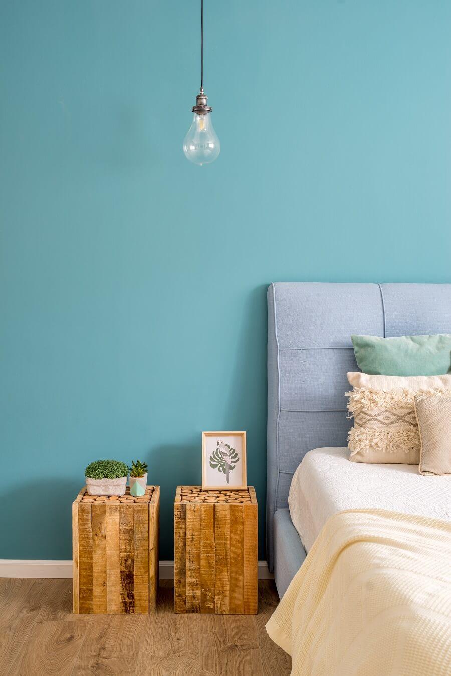 חדר שינה עם קיר כחול