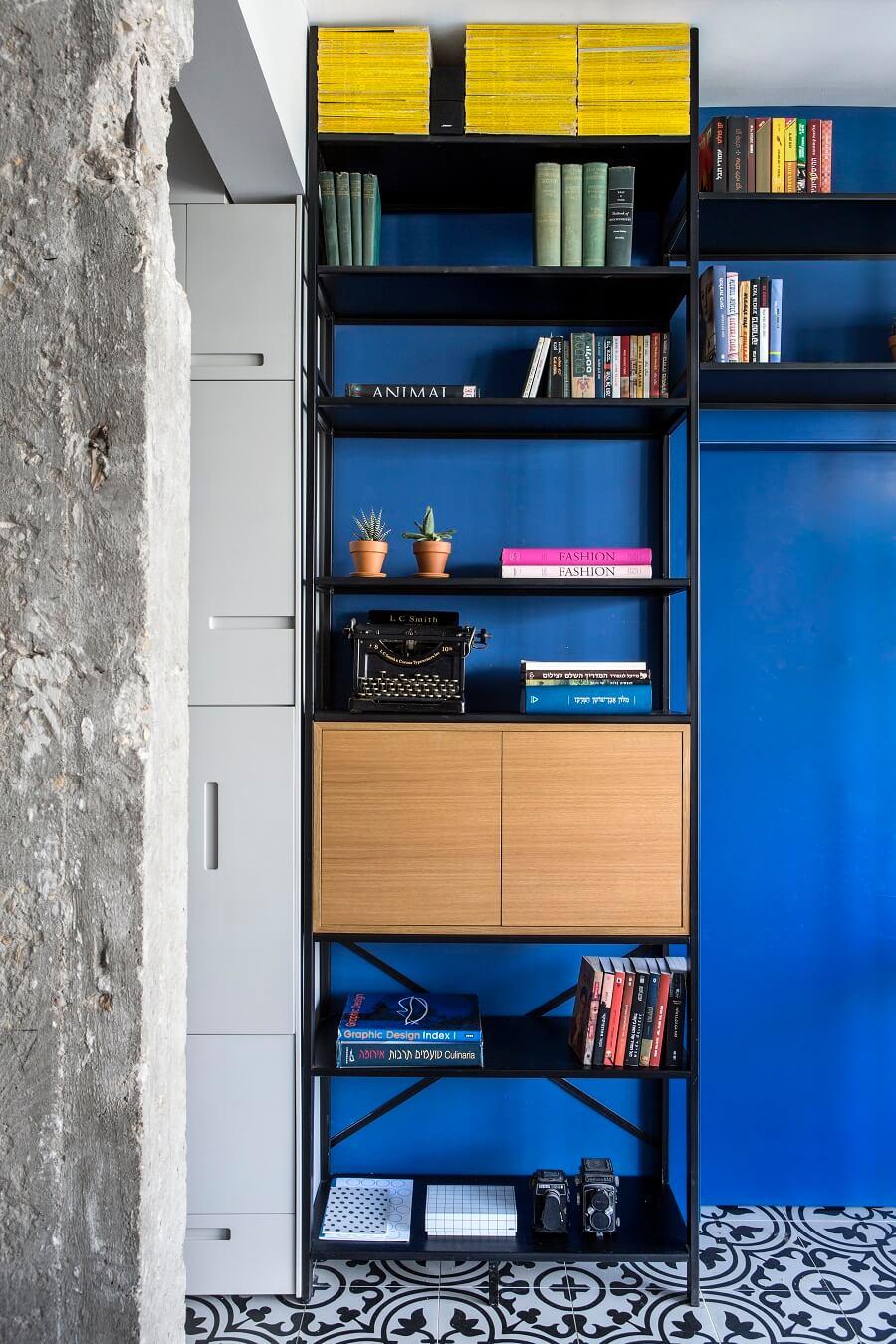 ספריה עם קיר כחול