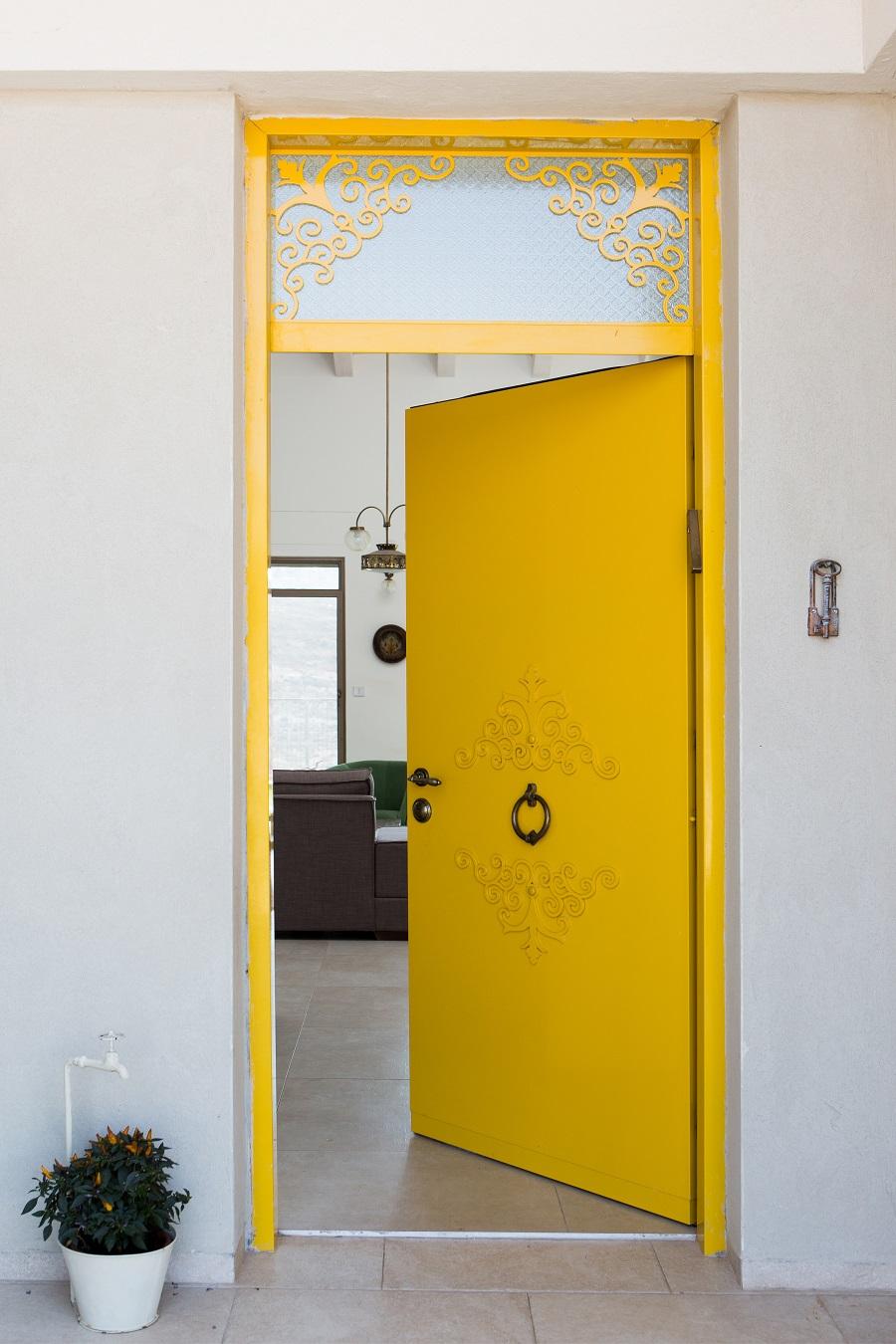 דלת צהובה
