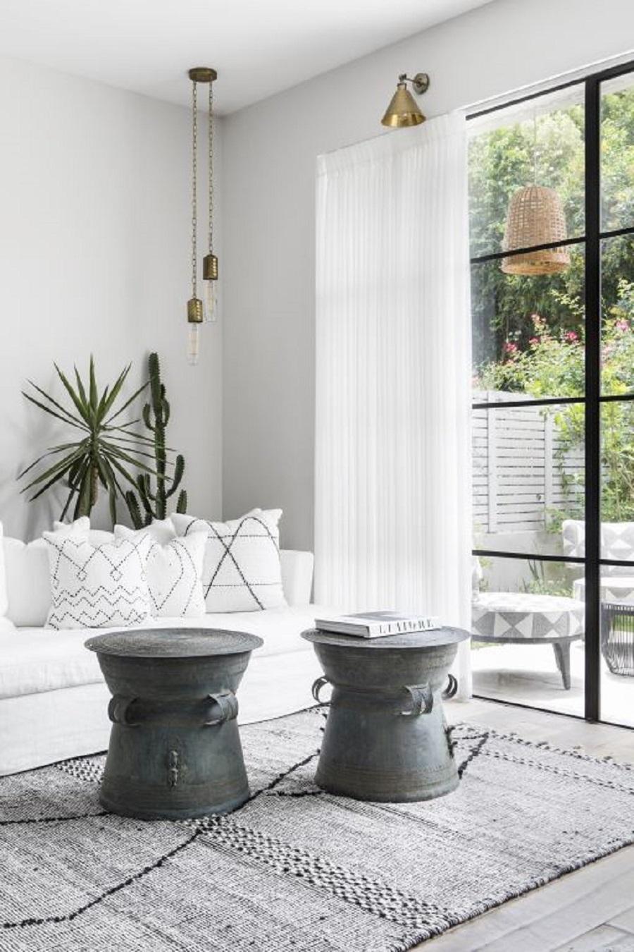 סלון יפה ספה לבנה ושטיח נורדי