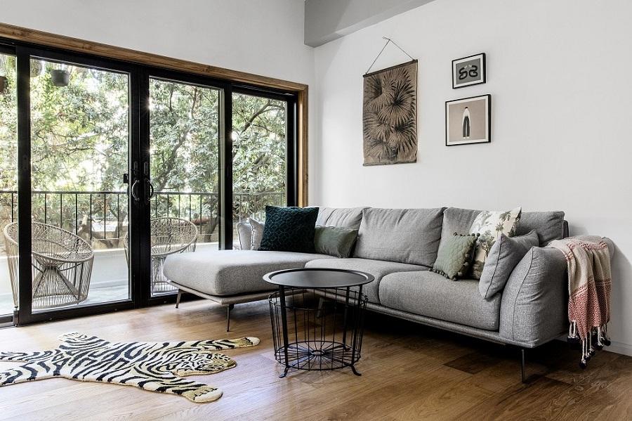 סלון מעוצב פרקט עץ וספה אפורה