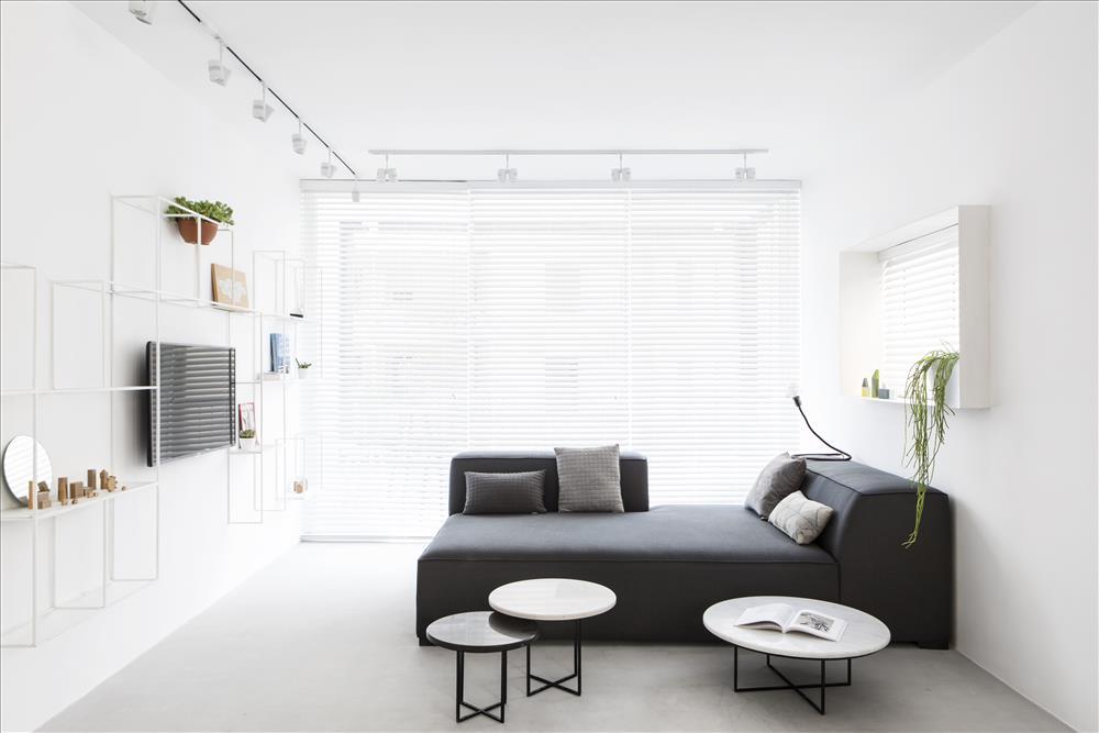 עיצוב סלון מנימלסיטי של דפנה גרבינסקי | צילום איתי בנית