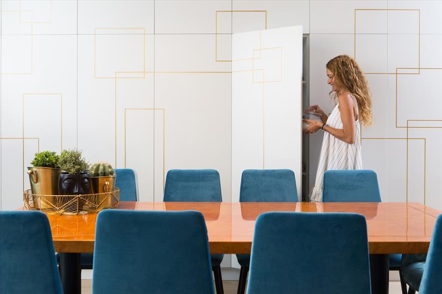 עיצוב אלה מורגן | צילום שירן כרמל | נגרות אומן: חיים שטרית | תאורה וכיסאות: סוהו | אקססוריס: פלורליס