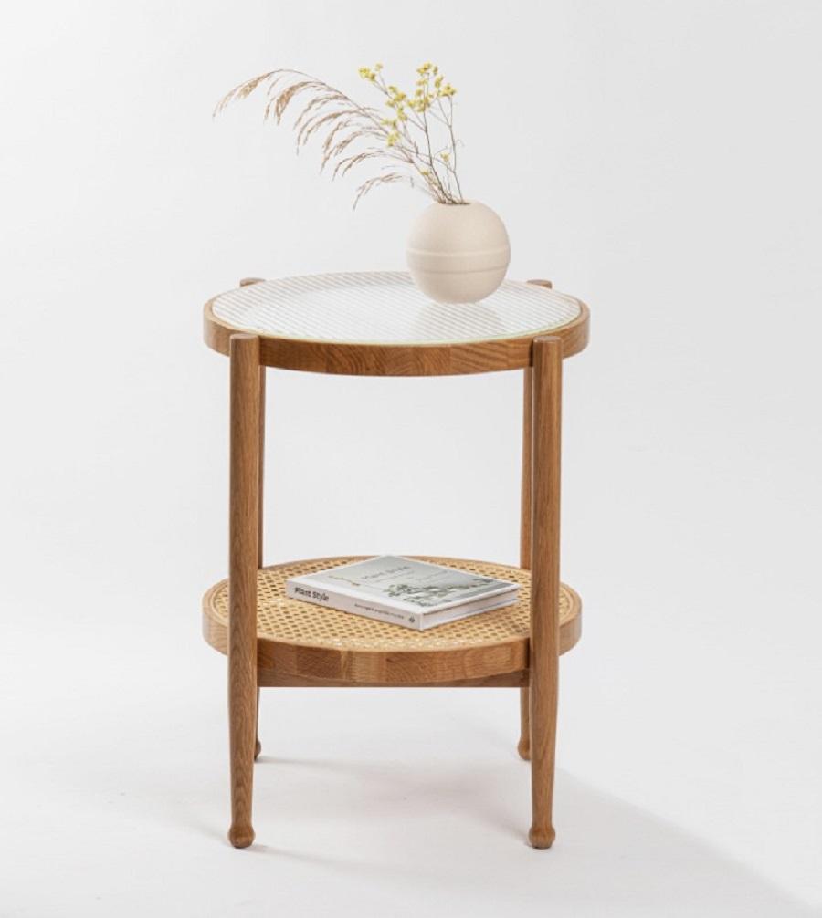 שולחן צד מעץ בשילוב ראטן וזכוכית סבתא